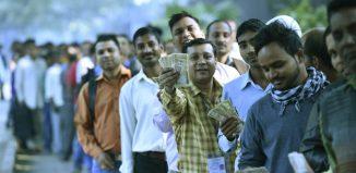Indiens qui font la file pour retirer de l'argent