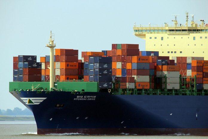containeurs sur cargo en mer